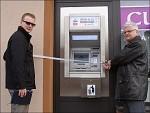Bankomat – stříhání pásky